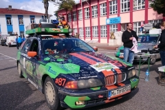 Fahrerlager auf dem Schulhof in Haymana